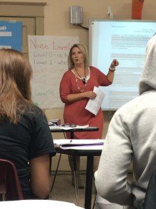 Special Education Teacher mit dem Minimikrofon