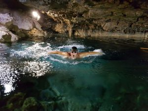 Schwimmen in der Cenote